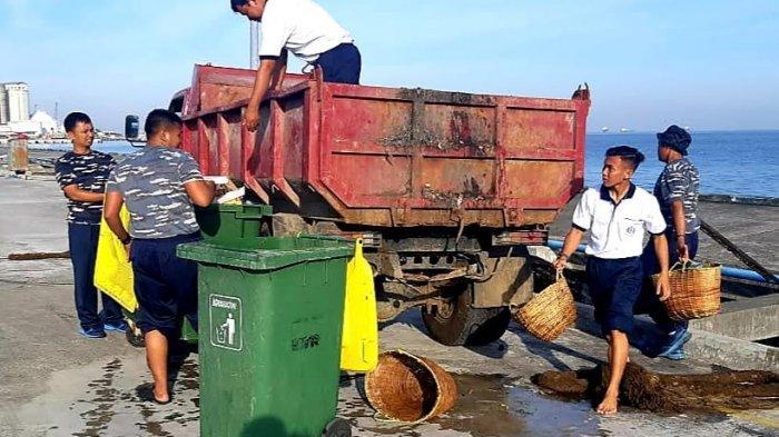 Prajurit Satrol dan Yonmarhanlan VI Bersikan Pantai Pantai Jalaria Makassar