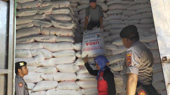 Sat Sabhara Polres Enrekang Awasi Distribusi Pupuk Bersubsidi