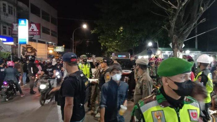 Satgas Raika Makassar Bubarkan Pengunjung Warung Sarabba Sungai Cerekang