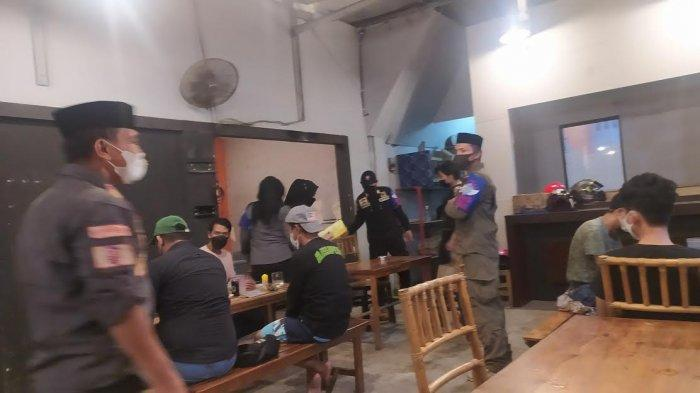 Satgas Raika Makassar Sita Kursi Warkop Masih Buka di Atas Jam Sepuluh Malam