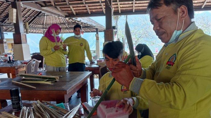 Dispopar Enrekang Latih 20 Pemuda Kembangkan Kerajinan Tangan Bambu