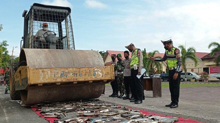 Polres Pinrang Musnahkan 250 Knalpot Bising dengan Alat Berat