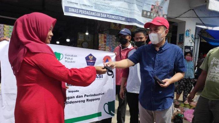 Disdagrin dan Bapenda Sidrap Bagikan 9.800 Masker ke Pedagang Pasar