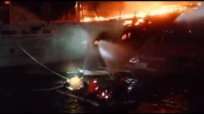 Kapal Pinisi Terbakar Saat Sandar di Tanjung Bira Bulukumba