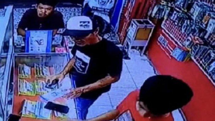 Pencuri Handphone di Ronny Cell Bulukumba Terekam Kamera CCTV
