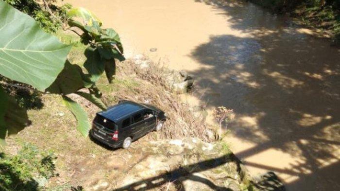 Ada Toyota Innova Hitam di Sungai Dusun Nusa Bone, Warga Tak Tahu Pemiliknya