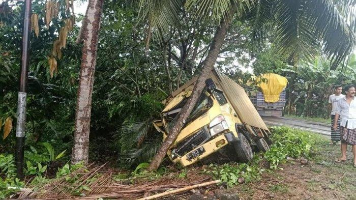 Sopir Mengantuk, Truk Tabrak Pohon di Pitumpanua Wajo