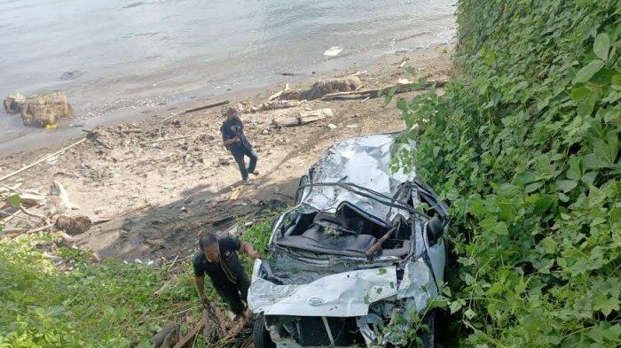Sopir Diduga Mengantuk, Mobil Gran Max Terjun ke Pantai Labuangnge Barru