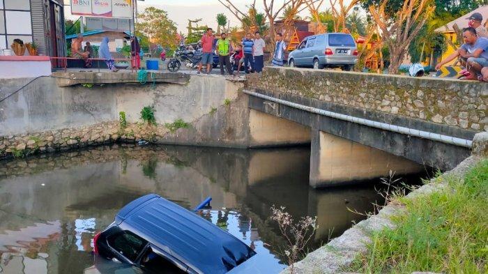 Mobil di Pitumpanua Wajo Terjun ke Kanal, Beruntung Pengemudi Baik-baik Saja