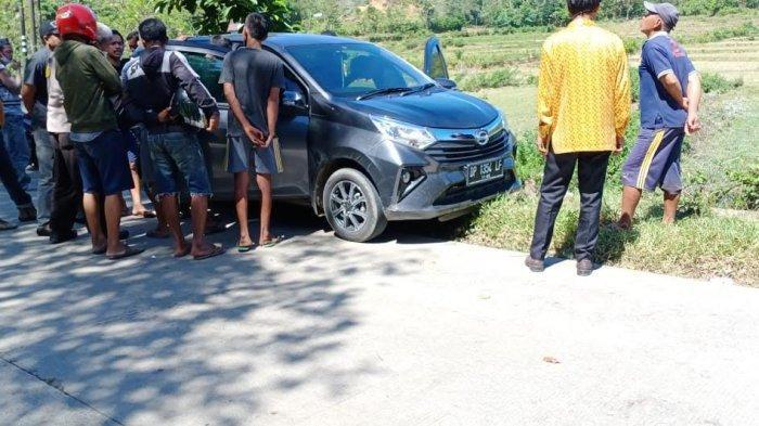 Sopirnya Kabur ke Gunung, Polisi Amankan Mobil Minibus di Jalan Poros Barru - Soppeng