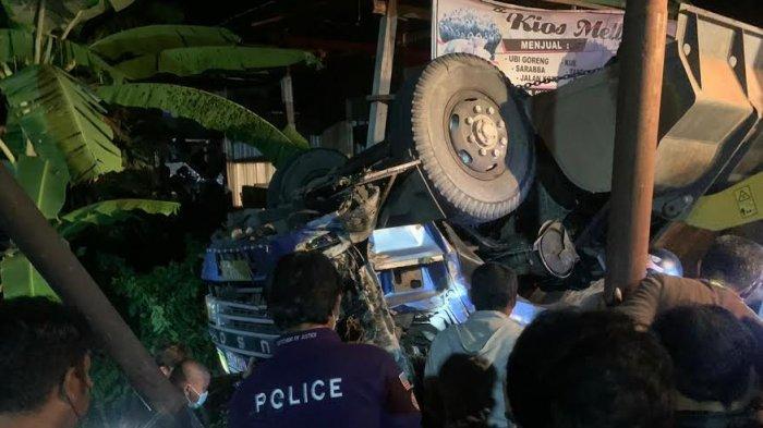 Truk Tronton Terbalik di Soppeng Akibat Rem Blong, Dua Orang Tewas