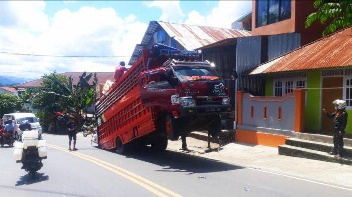 Diduga Kelebihan Muatan, Truk Ekspedisi Standing Jadi Tontonan Warga di Tana Toraja