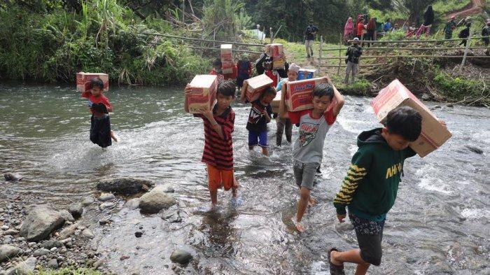 FOTO: Anak-anak Korban Gempa di Majene Rela Melintasi Sungai Demi Dapatkan Sembako