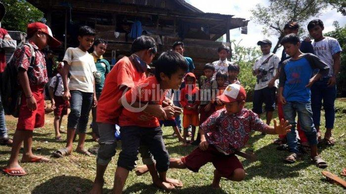 FOTO; Dusun Cindakko Maros Budayakan Tradisi Mallanca - sejumlah-anak-bermain-tradisi-mallanca-di-dusun-cindakko-desa-bonto-somba-1.jpg