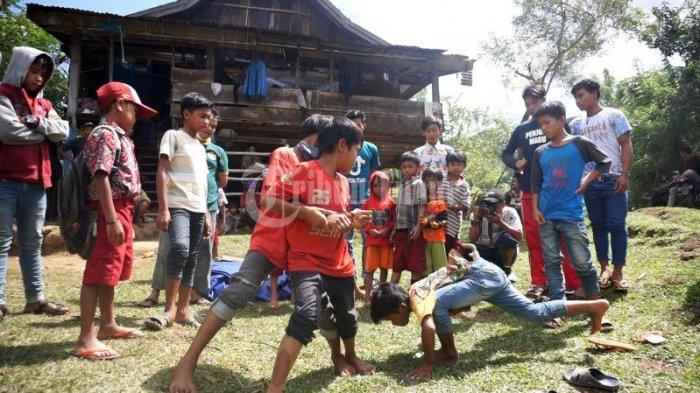 FOTO; Dusun Cindakko Maros Budayakan Tradisi Mallanca - sejumlah-anak-bermain-tradisi-mallanca-di-dusun-cindakko-desa-bonto-somba-2.jpg