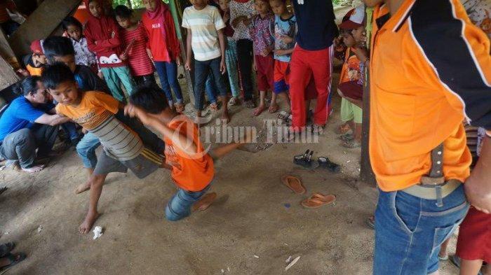 FOTO; Dusun Cindakko Maros Budayakan Tradisi Mallanca - sejumlah-anak-bermain-tradisi-mallanca-di-dusun-cindakko-desa-bonto-somba-3.jpg