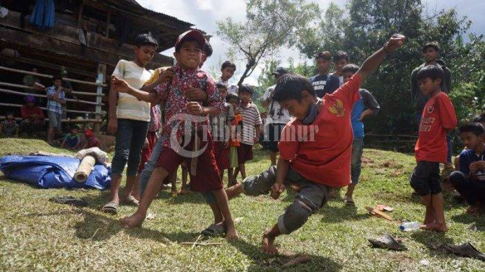 FOTO; Dusun Cindakko Maros Budayakan Tradisi Mallanca - sejumlah-anak-bermain-tradisi-mallanca-di-dusun-cindakko-desa-bonto-somba-4.jpg