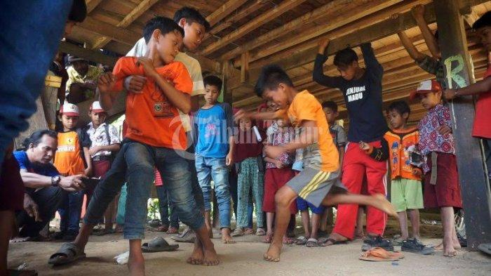 FOTO; Dusun Cindakko Maros Budayakan Tradisi Mallanca - sejumlah-anak-bermain-tradisi-mallanca-di-dusun-cindakko-desa-bonto-somba-5.jpg