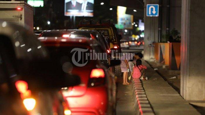 FOTO; Aktivitas Anjal Tak Gunakan Masker Saat PPKM - sejumlah-anak-jalanan-anjal-berjualan-tisu-di-traffic-light-jl-ap-pettarani-makassar-1.jpg