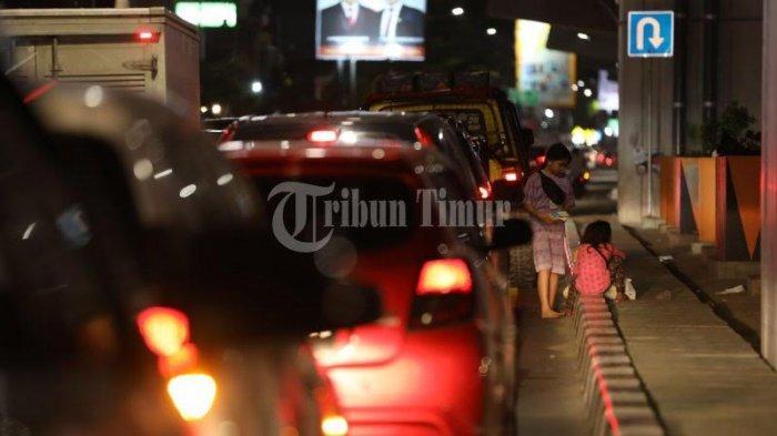FOTO; Aktivitas Anjal Tak Gunakan Masker Saat PPKM - sejumlah-anak-jalanan-anjal-berjualan-tisu-di-traffic-light-jl-ap-pettarani-makassar-2.jpg