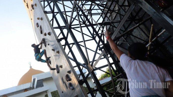 Sejumlah atlit Federasi Panjat Tebing Indonesia (FPTI) Makassar melakukan latihan Speed World Record di Wall Climbing Lapangan Hertasning, Makassar, Rabu (3/6/2020).