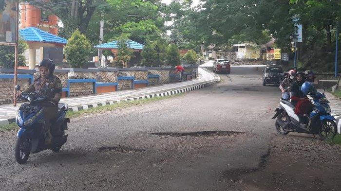 Warga Keluhkan Banyak Jalan Rusak di Dalam Kota Sinjai