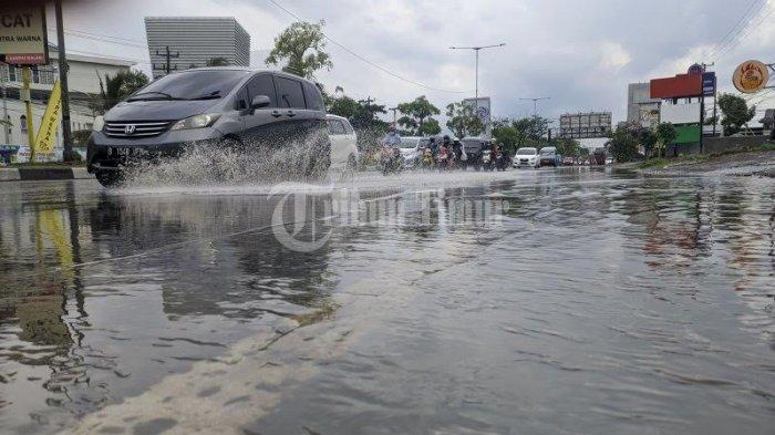 Sejumlah kendaraan melintasi di genangan air Jl Perintis Kemerdekaan depan Kampus STMIK DP, Makassar, Selasa (3/11/2020). Hujan yang mengguyur kota Makassar dalam waktu beberapa jam mengakibatkan genangan air di sejumlah ruas jalan, ini diakibatkan sistem draenasi yang masih buruk. TRIBUN TIMUR/SANOVRA JR