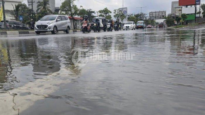 FOTO: Genangan Air di Depan Kampus STMIK Dipanegara Makassar