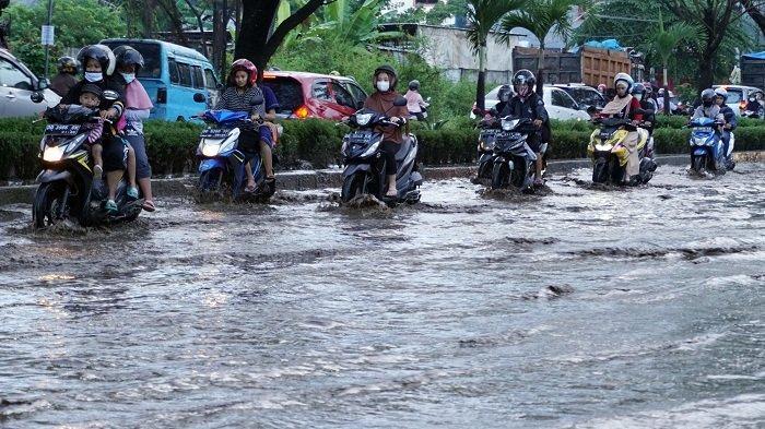 FOTO: Jalan Tun Abd Razak Gowa Langganan Banjir Saat Hujan Turun