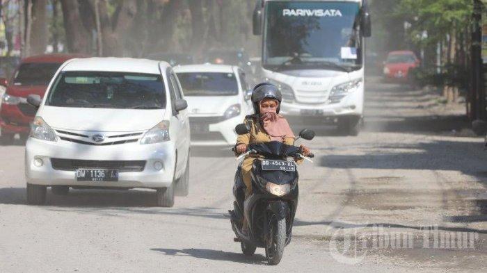 FOTO: Sejumlah Pengendara di Jalan Hertasning Terganggu dengan Debu Berterbangan