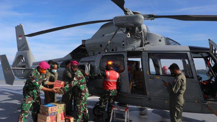 Sejumlah personil Marinir TNI Angkatan Laut menaikkan sembako ke helikopter Anti Kapal Selam (AKS) AS565 MBe Panther dimmmmLandasan kapal rumah sakit KRI dr. Soeharso yang bersandar di Lanal Mamuju, Sulbar, Jumat (2212021). Sembako ini didistribusikan ke dua desa yang tardampak gempa yakni Desa Ulumanda dan Desa Pompenga kecamatan Ulumanda, Kabupaten Majene, Sulbar. Kedua desa tersebut terisolasi akibat akses jalur menuju desa ini terputus akibat longsor. TRIBUN TIMURSANOVRA JR
