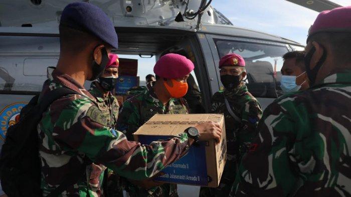 FOTO: Marinir AL Salurkan Bantuan Kedua Desa Terisolir di Kabupaten Majene