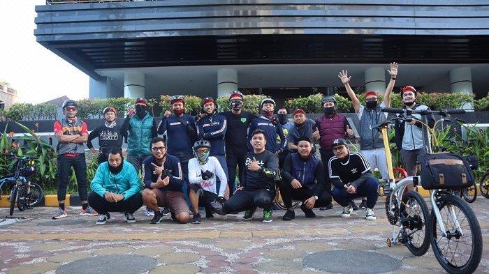 FOTO: Komunitas Tindizzz Jalin Silaturrahmi dengan Gowes Bersama - sejumlah-pesepeda-yang-tergabung-dalam-komunitas-tindizzz-berfoto.jpg