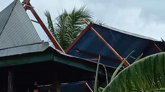 Sejumlah rumah warga di Desa Kalosi Alau, Kecamatan Dua Pitue, Kabupaten Sidrap porak-poranda hihantam angin kencang