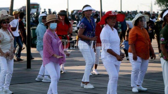 FOTO; Jelang Peringatan Hari Kartini, ULD Makassar Pakai Baju Kebaya Berolahraga - sejumlah-warga-mengikuti-line-dance-dengan-menggunakan-baju-kebaya-di-anjungan-lego-lego-1.jpg