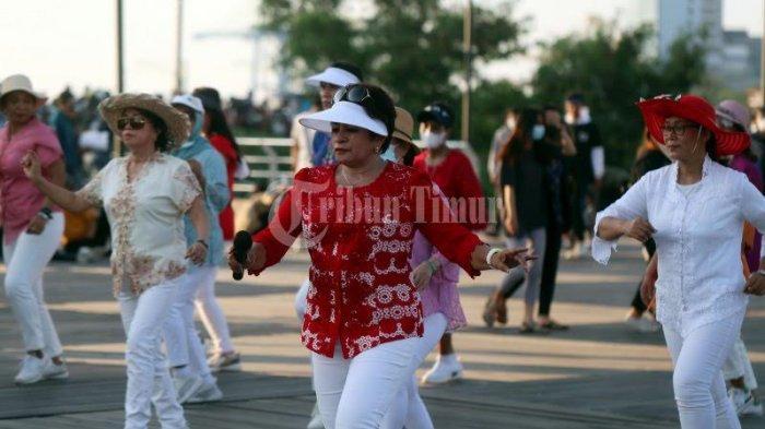 FOTO; Jelang Peringatan Hari Kartini, ULD Makassar Pakai Baju Kebaya Berolahraga - sejumlah-warga-mengikuti-line-dance-dengan-menggunakan-baju-kebaya-di-anjungan-lego-lego-2.jpg