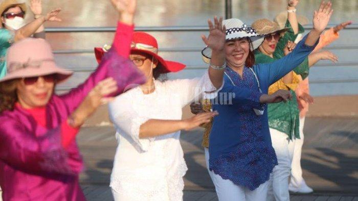 FOTO; Jelang Peringatan Hari Kartini, ULD Makassar Pakai Baju Kebaya Berolahraga - sejumlah-warga-mengikuti-line-dance-dengan-menggunakan-baju-kebaya-di-anjungan-lego-lego-3.jpg