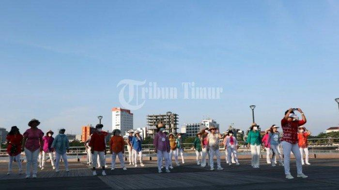 FOTO; Jelang Peringatan Hari Kartini, ULD Makassar Pakai Baju Kebaya Berolahraga - sejumlah-warga-mengikuti-line-dance-dengan-menggunakan-baju-kebaya-di-anjungan-lego-lego-4.jpg
