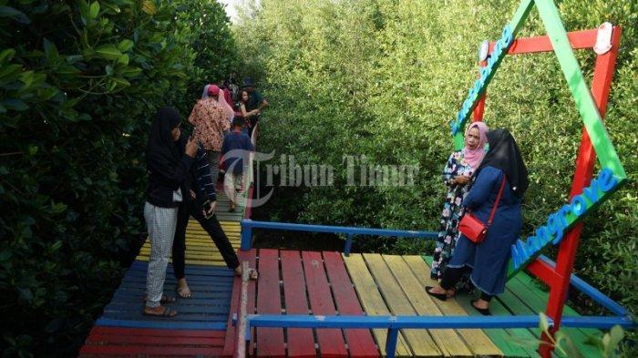 FOTO: Berakhir Pekan di Hutan Mangrove Lantebung Makassar - sejumlah-wisatawan-lokal-menik3fds.jpg