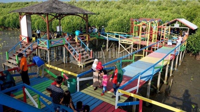 FOTO: Berakhir Pekan di Hutan Mangrove Lantebung Makassar - sejumlah-wisatawan-lokal-menikmati-keindahan-wisata-kawasan-huta8.jpg