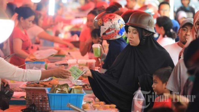 FOTO: Penjual Penganan Buka Puasa di Jalan Mappanyukki Diserbu Warga - sejumlah7.jpg