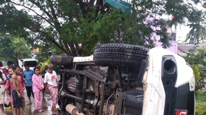 Mobil Sekretaris DPRD Barru Terbalik di Pangkep