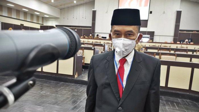 Sekretaris Provinsi Sulawesi Selatan, Abdul Hayat Gani melantik M Jabir sebagai Sekretaris Dewan (Sekwan) Dewan Perwakilan Rakyat Daerah (DPRD) Sulawesi Selatan di ruang sidang Paripurna DPRD Sulsel, Jl Urip Sumohardjo, Selasa (20/4/20).