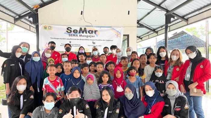 SEMA FEB Unhas Edukasi Anak-anak Kampung Bahari Nusantara Makassar