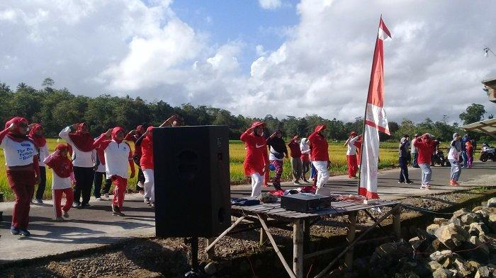 Unik, Komunitas Senam Gareccing Pakai Kostum Merah Putih Berolahraga dan Berwisata di Tengah Sawah