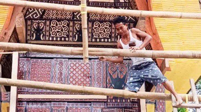 20 Tahun Jadi Pengukir Tongkonan di Toraja, Senga Tetap Gigi Bekerja Meski Cuma Punya Satu Kaki