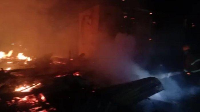 Petugas Damkar Pinrang Butuh 1,5 Jam Baru Bisa Padamkan Api 4 Rumah di Kariango