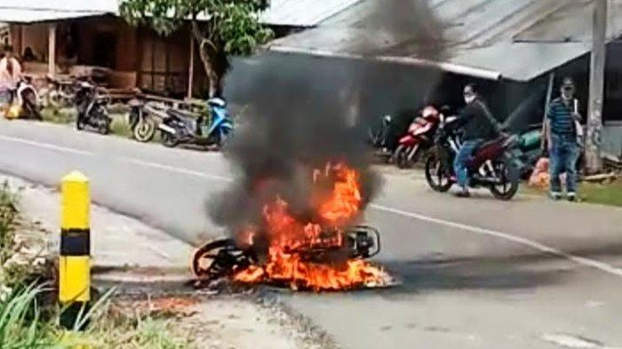 Sepeda Motor Terbakar di Rembon Tana Toraja, Pengendara Loncat ke Sawah