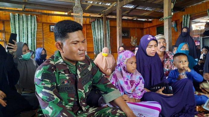 Sertu Palemba (kiri), anak kedua, Juhida, dan anak terakhirnya saat ditemui di rumah duka di Bulisu, Kelurahan Kassa, Kecamatan Batulappa, Kabupaten Pinrang, Sulawesi Selatan, Sabtu (16/01/2021).