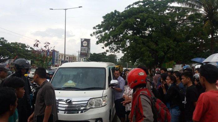 BREAKING NEWS: Ada Mayat Pria Ditemukan dalam Mobil di Jalan Perintis Kemerdekaan